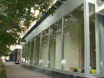 Для остекления магазинов применяются стеклопакеты толщиной 32 мм из закаленного стекла 6мм, алюминиевые профили и сендвич панели